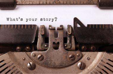 מכונת כתיבת ישנה כותבת באנגלית את המילים מה הסיפור שלך?